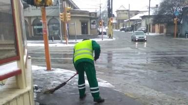 Angajații Polaris au intervenit pentru curățarea străzilor și a trotuarelor. FOTO Primăria Constanța