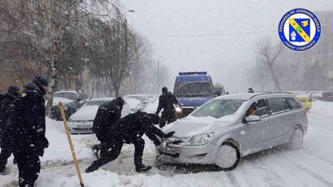 """Jandarmii Grupării Mobile """"Tomis"""" au ieșit pe străzi înarmați cu lopeți. FOTO GJM Tomis"""