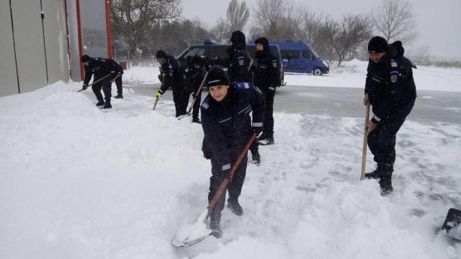 Jandarmii au dat la lopată pentru a curăța troienele de zăpadă de pe Baza Medicală SMURD: FOTO IJJ Constanța