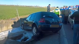 În urma manevrei, tânărul și-a distrus mașina, iar el a fost rănit. FOTO IPJ Constanța
