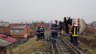Vagoanele care au deraiat s-au răsturnat imediat după ce au ieșit de pe pod.