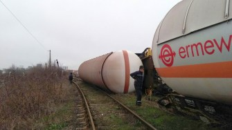 Vagoanele care au deraiat s-au răsturnat imediat după ce au ieșit de pe pod. FOTO ISU Dobrogea