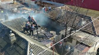 Pompierii constănțeni încearcă să limiteze propagarea incendiului. FOTO ISU Dobrogea