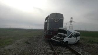După impact, mașina condusă de femeia de 66 de ani a fost târâită pe calea ferată. FOTO IPJ Constanța