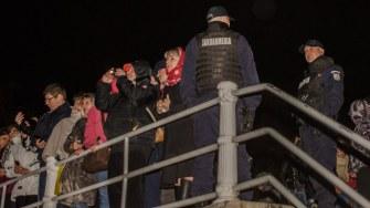 Constanțenii au așteptat în zadar să apară IPS Teodosie de pe mare cu lumina Învierii. FOTO Cătălin Schipor