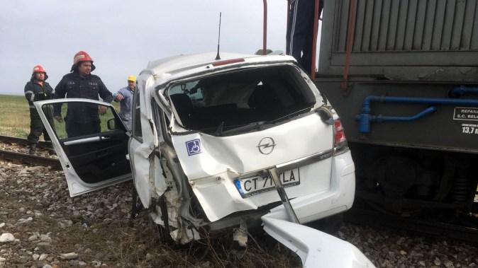 După impact, mașina condusă de femeia de 66 de ani a fost târâită pe calea ferată. FOTO SAJ Constanța
