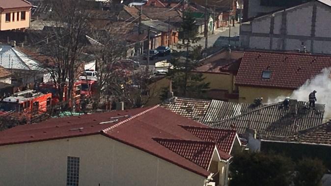 Un imobil de pe strada Andrei Mureșean a luat foc. FOTO ISU Dobrogea