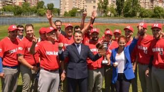 Primarul Decebal Făgădău și ministra Tineretului și Sportului, Ioana Bran, s-au pozat cu jucătorii. FOTO Cătălin SCHIPOR