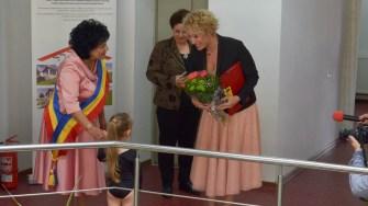 Invitatele au fost întâmpinate cu flori de către micile gimnaste campioane din Cumpăna. FOTO Cătălin SHIPOR