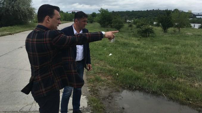 Primarul Liviu Negoiță și viceprimarul Șerif Cîrjali discută despre planul bazinului semiolimpic de la Cernavodă. FOTO CTnews.ro
