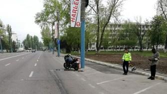 Motociclistul a scăpat cu răni ușoare după ce a intrat cu roata în bordură. FOTO IPJ Constanța