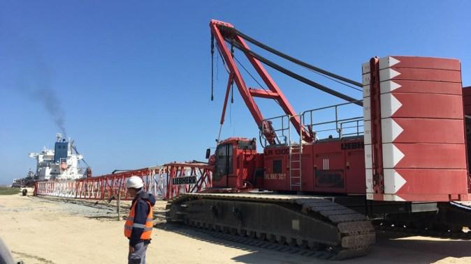 Norocul muncitorilor a fost că brațul macaralei se afla aproape de pământ. FOTO CTnews.ro