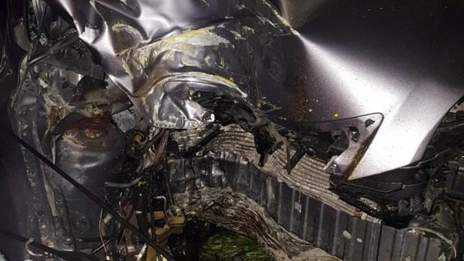 Mașina care a lovit stâlpul a fost serios avariată. FOTO IPJ Constanța