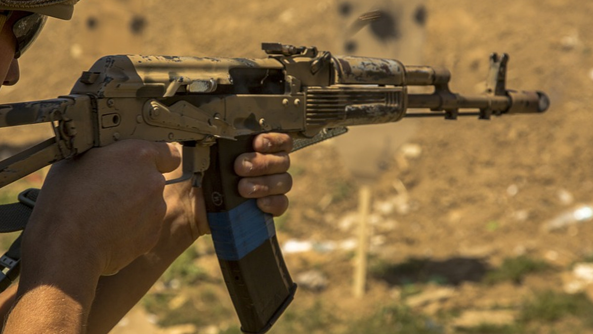 militar cu arma AKM Kalashnikov
