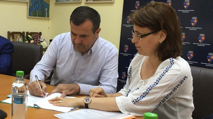 Primarul Valentin Vrabie a semnat contractul pentru finanțarea renovării Spitalului Municipal Medgidia. FOTO CTnews