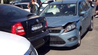 Mai multe mașini au fost avariate în urma accidentului rutier. FOTO CTNews.ro