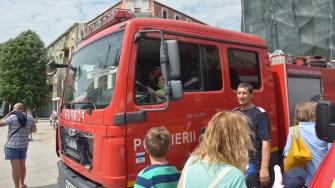 Mașinile de intervenție au fost preferatele copiilor. FOTO Cătălin SCHIPOR