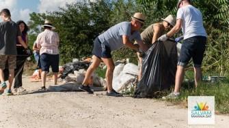 Voluntarii din Mamaia Sat, ajutați de firma Polaris au strâns deșeurile abandonate în toată localitatea. FOTO Salvațimamaiasat