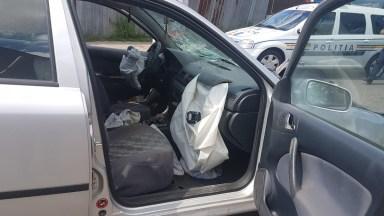 În urma impactului, șoferul de pe autoturism a fost rănit ușor. FOTO ISU Dobrogea