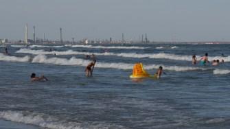 Valuri pe litoral. FOTO Cătălin SCHIPOR