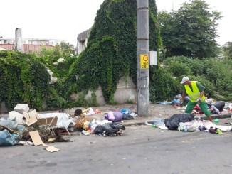 Gunoi aruncat pe marginea străzii la Constanța. FOTO Polaris M Holding