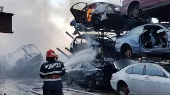 Un puternic incendiu a izbucnit la un parc de dezmembrări auto din Agigea. FOTO ISU Dobrogea