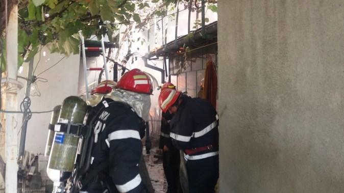 Pompierii au intervenit la incendiul izbucnit la o casă în Faleză Nord. FOTO CTNews.ro