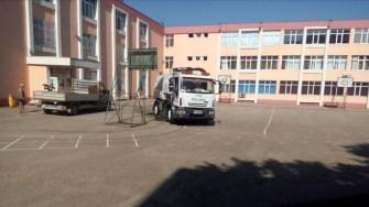 Angajații Polaris au curățat și igienizat curțile și împrejurimile unităților de învățământ. FOTO Polaris M Holding