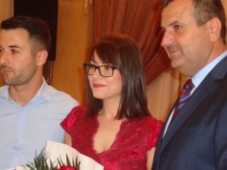 Primarul Valentin Vrabie alături de un nou cuplu din municipiu. FOTO CTnews.ro
