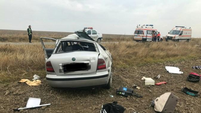 Conducătoarea auto a scăpat mașina de sub control și s-a răsturnat pe câmp. FOTO IPJ Constanța