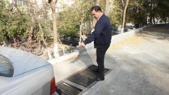 Primarul Liviu Negoiță inspectează lucrările de reabilitare în cartierul Columbia din Cernavodă. FOTO CTnews.ro