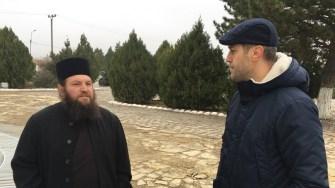 Primarul comunei Mircea Vodă George Ionașcu cu preotul localității. FOTO CTnews.ro
