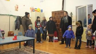 Primarul din Albești, Gheorghe Moldovan, alături de copii. FOTO CTnews.ro