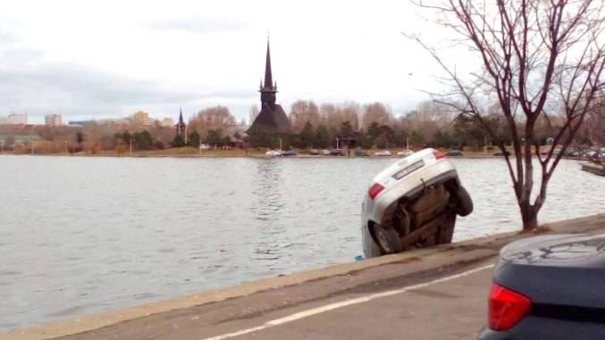 """Mașină """"parcată"""" în lacul Tăbăcărie"""