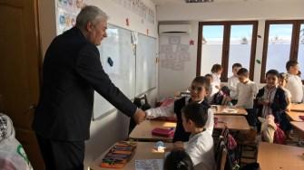 Senatorul Nicolae Moga oferă cadouri copiilor din Poiana. FOTO CTnews.ro