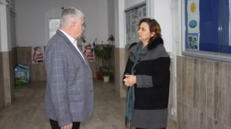 Primarul Mitică Șerban, la școala din Seimeni. FOTO CTnews.ro