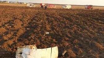 Bucăți din aeronavă s-au împrăștiat pe câmp. FOTO SAJ Constanța