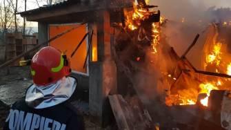 Pompierii au intervenit pentru stingerea incendiului. FOTO ISU Dobrogea