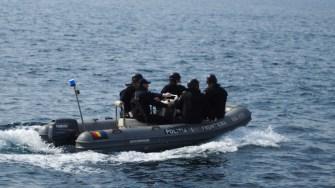 Polițiștii de frontieră au răspuns apelului personalului navei. FOTO Cătălin SCHIPOR