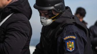 Polițiștii de frontieră i-au percheziționat și evaluat pe pasagerii clandestini găsiți la bordul navei. FOTO Cătălin SCHIPOR