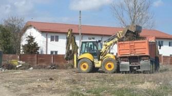 Munți de deșeuri au fost adunați de la marginea comunei Cumpăna. FOTO Primăria Cumpăna