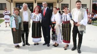 Gigel Sava împreună cu artiştii invitaţi la Ziua Comunei Horia. FOTO Ctnews.ro