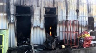 Hala în care funcționa brutăria a ars. FOTO ISU Dobrogea