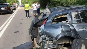 În urma impactului dintre cele două autoturisme, șoferii au fost răniți. FOTO Adrian BOIOGLU
