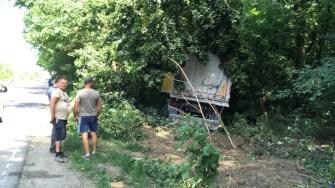 Autotrenul scăpat de sub control s- a oprit cu greu după ce a rupt mai mulți copaci. FOTO Adrian Boioglu