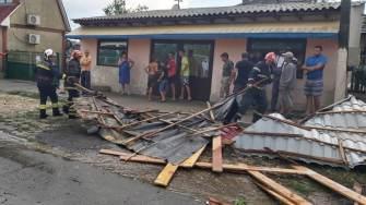 Acoperișul școlii din Castelu a fost smuls de vânt. FOTO ISU Dobrogea