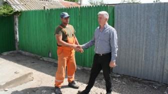 Primarul Petre Urziceanu inspectează lucrările de asfaltare din Negru Vodă. FOTO Ctnews.ro