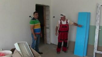 Primarul comunei Poarta Albă, Vasile Delicoti, verificând stadiul lucrările la grădiniță. FOTO Ctnews.ro