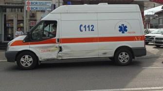 Ambulanța care îi transporta pe copii a suferit avarii ușoare. FOTO Ctnews.ro