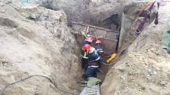 Pompierii au intervenit pentru a-l scoate pe muncitor de sub pământul prăbușit peste el. FOTO ISU Dobrogea